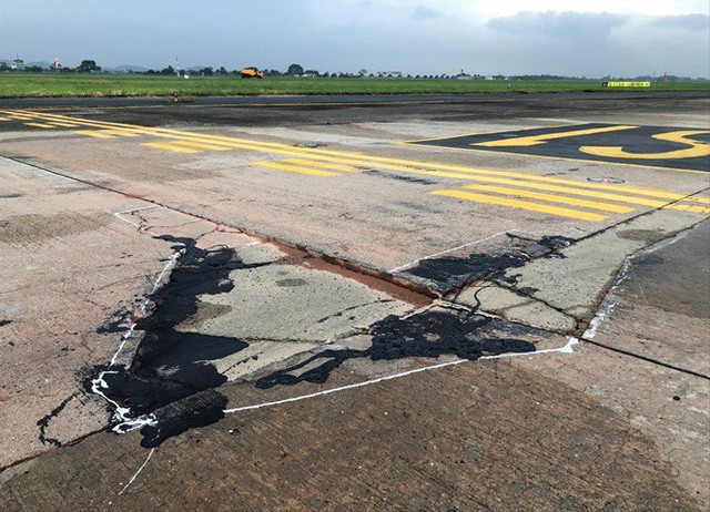 Đường lăn sân bay Nội Bài bong tróc, phùi bùn. Ảnh Cảng hàng không Nội Bài cung cấp
