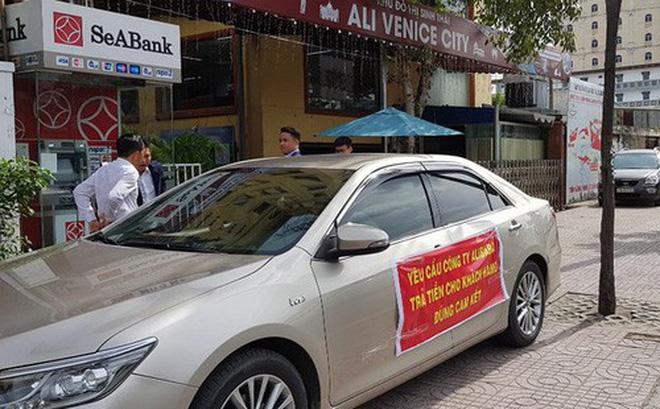 Khách hàng kéo đến trụ sở Alibaba căng băng rôn đòi tiền sáng 26-8. Ảnh: KIÊN CƯỜNG