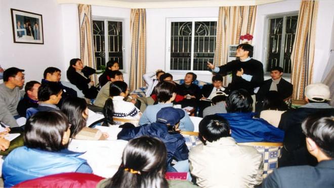 Jack Ma tổ chức một cuộc họp của Alibaba tại căn hộ của mình vào năm 1999 - Ảnh: Alibaba.