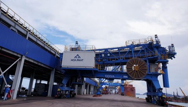 Vị trí địa lý của nhà máy ở ven biển miền Trung và có cảng nước sâu cho phép tàu 200.000 tấn có thể cập bến, sẽ giúp Hòa Phát dễ dàng vận chuyển thép đến các thị trường tiêu thụ ở cả miền Bắc, miền Nam và xuất khẩu