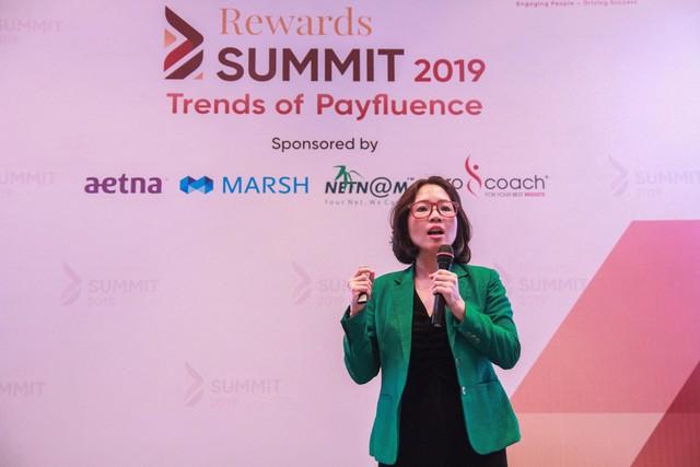 Bà Phương Nguyễn đang trình bày báo cáo.