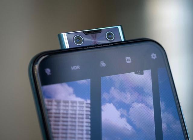 Vivo V17 Pro là smartphone sở hữu camera selfie kép, với camera chính 32MP, camera góc rộng 105 độ.