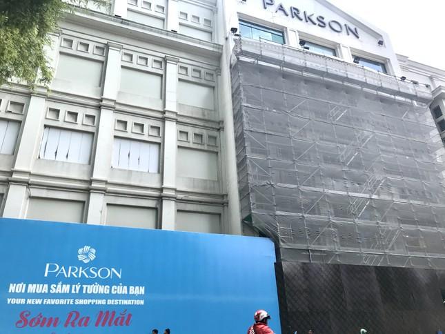 Parkson Đồng Khởi đang đóng kín cho UNIQLO thiết kế cửa hàng đầu tiên tại Việt Nam. Ảnh: Tuyết Ân