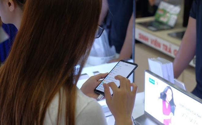 Một khách hàng đang dùng thử sản phẩm Vivo tại một siêu thị điện thoại. Ảnh: Hải Đăng