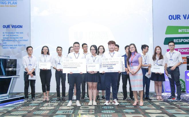 Hàng trên, từ trái qua phải, bạn Đỗ Trang Thanh Hậu, Lê Thị Anh Thư và Diệp Tử Khôi đến từ ĐH Quốc Tế - ĐH Quốc Gia Tp.HCM đã chiến thắng dành tấm vé đi Anh vào tháng 4 tới