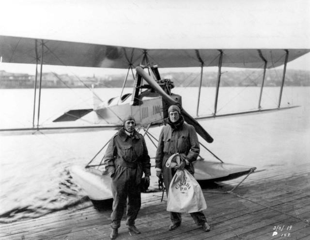 William Boeing và Eddie Hubbard sau chuyến bay đưa thư đầu tiên từ Seattle-Mỹ đến British Columbia-Canada
