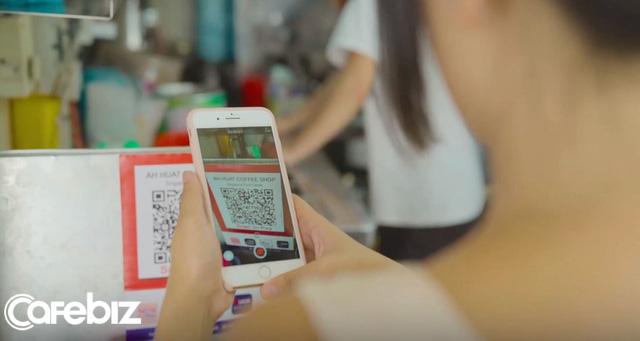 Thanh toán bằng mã QR tại quán ăn đường phố ở Singapore.