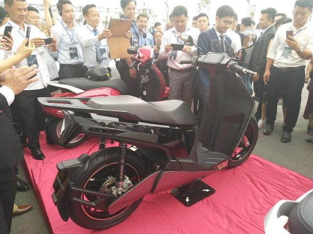 Chiếc xe máy điện có thiết kế lạ xuất hiện tại nhà máy VinFast.