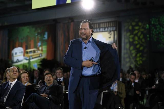 CEO của Salesforce - Marc Benioff - trong bộ áo vest màu xanh navy tại Hội nghị Dreamforce 2017. (Ảnh: Michael Short | Bloomberg via Getty Images)