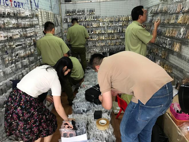 Đại diện hãng cùng lực lượng QLTT kiểm tra hàng hóa có dấu hiệu vi phạm tại chợ Ninh Hiệp, Gia Lâm, Hà Nội