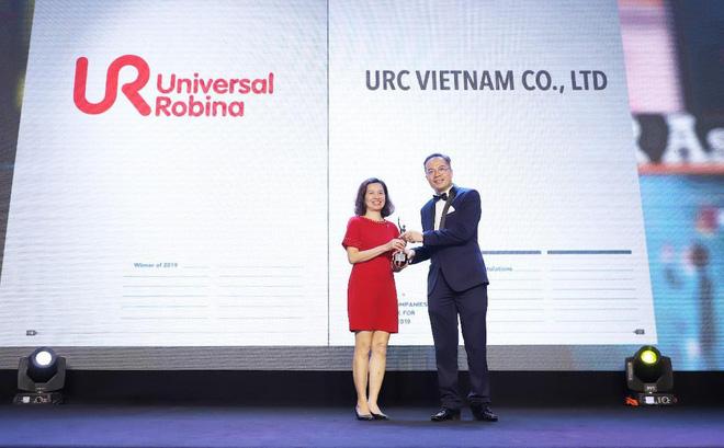 Bà Nguyễn Xuân Diệu Hiền, Trưởng phòng nhân sự công ty URC nhận giải thưởng Công ty có môi trường làm việc tốt nhất