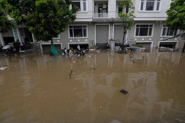 Cứ mưa là các căn biệt thự, liền kề tại đây mênh mông biển nước.