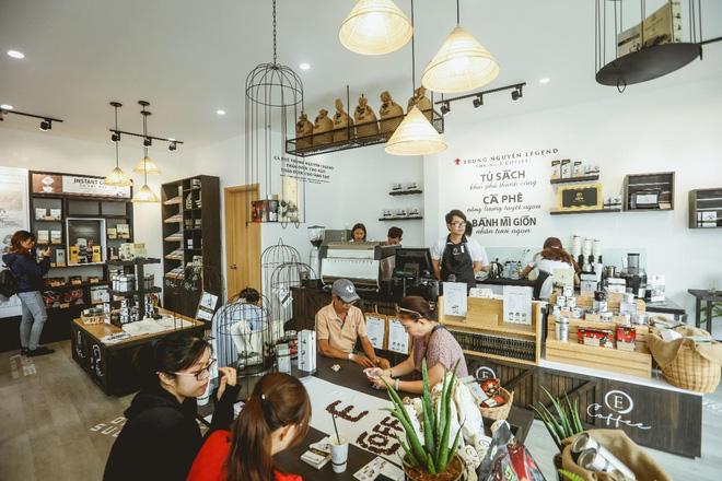 Trung Nguyên E-Coffee là một thế giới cà phê đầy đủ với hơn 100 loại sản phẩm cà phê của Trung Nguyên Legend, G7, Trung Nguyên từ máy móc, trang thiết bị, công cụ dụng cụ, ly cốc tách…cho nhu cầu tiêu dùng cà phê cá nhân và kinh doanh ngành cà phê.