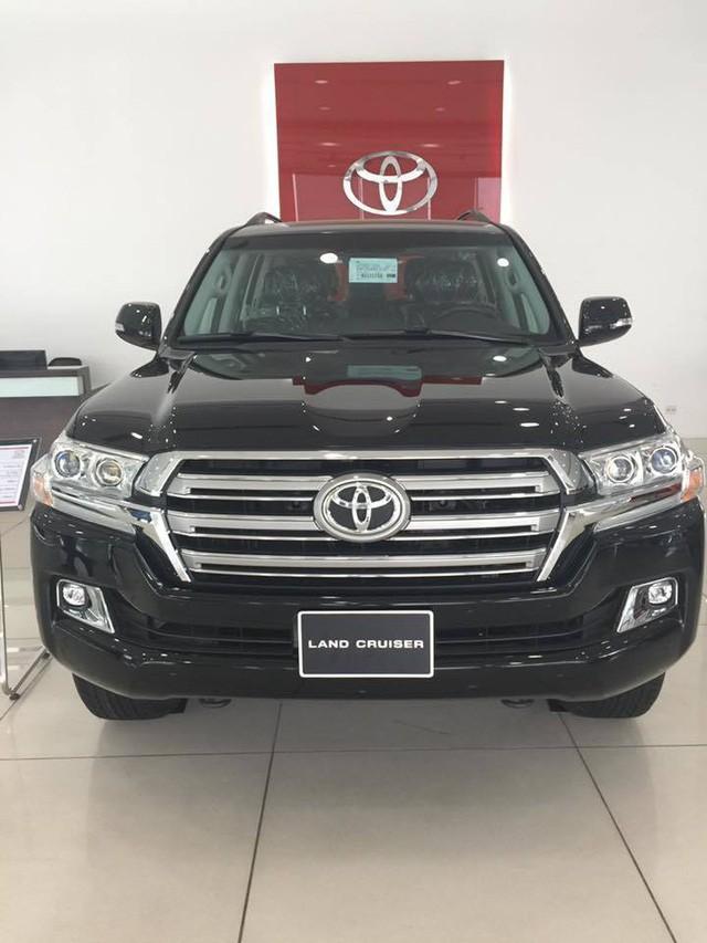 Khách hàng muốn nhận ngay xe Toyota Land Cruiser trong tháng 8 (tháng 7 âm) này phải đóng thêm 200 triệu tiền mặt.