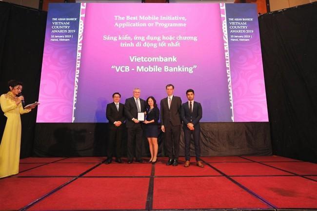 Ông Thomas William Tobin – Giám đốc Khối Bán lẻ Vietcombank (Thứ 2 từ trái sang) nhận giải thưởng từ đại diện tạp chí The Asian Banker.