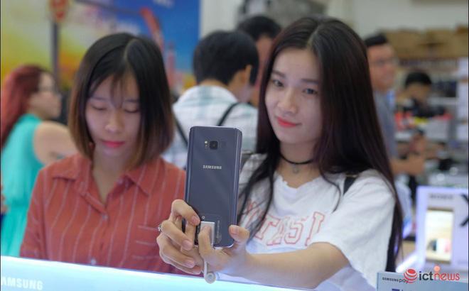 Một người dùng đang thử camera trên smartphone Samsung - Ảnh: Hải Đăng
