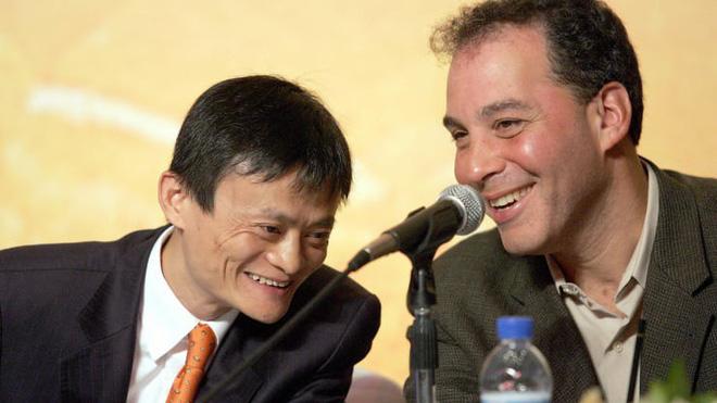 Jack Ma và CEO của Yahoo, Daniel Rosensweig, trong buổi họp báo công bố thương vụ đầu tư tại Bắc Kinh năm 2005 - Ảnh: Alibaba.