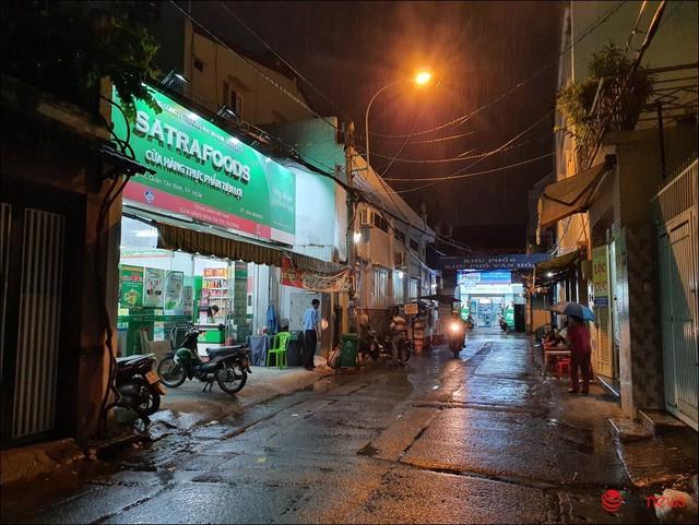 Một cửa hàng Bách hoá Xanh án ngữ ngay cổng vào một khu chợ ở TP.HCM - Ảnh: Hải Đăng