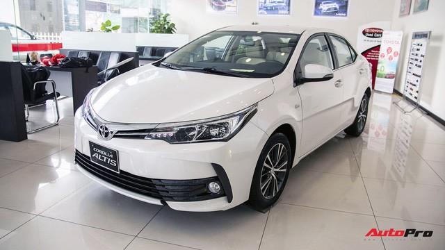 Toyota Corolla Altis có giá bán cao nhất phân khúc, ngang ngửa với một số mẫu xe hạng trên.