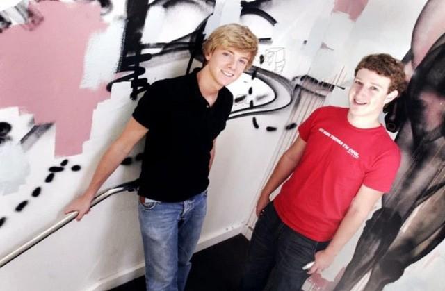 Đồng sáng lập Facebook Chris Hughes (bên trái) và Mark Zuckerberg (bên phải) hồi trẻ