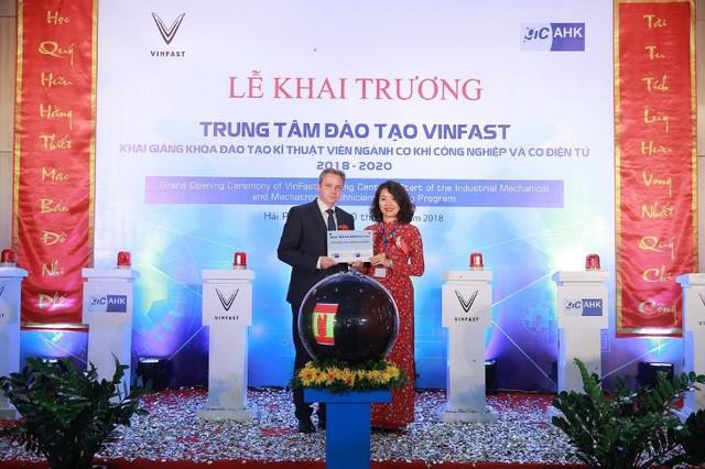 Bà Nguyễn Thị Vân Anh (phải)