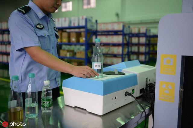 Hàng hóa chuyển đến nhà tù Nhân Hoa sẽ phải trải qua kiểm soát an ninh rồi mới đến tay phạm nhân