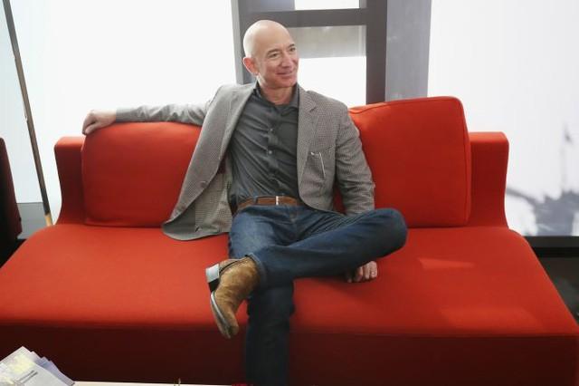 CEO Amazon Jeff Bezos rất hay mặc blazer của Cucinelli. (Ảnh: Phillip Faraone | Getty Images)