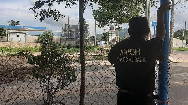 Nhân viên an ninh địa ốc Alibaba trực tại khu đất-Ảnh: TK