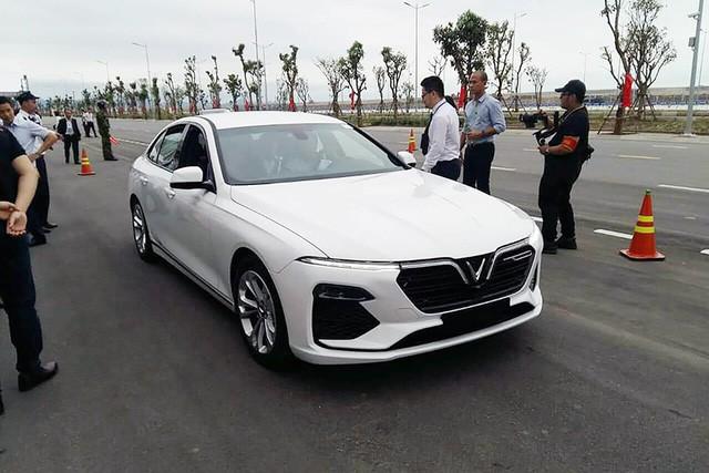 Ô tô VinFast chờ ngày bán tại châu Âu.