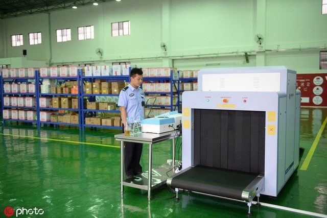 Quá trình kiểm soát hàng hóa ở nhà tù Nhân Hoa tương tự như ở sân bay