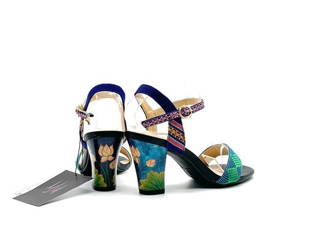 Một đôi giày có gót sử dụng sơn mài và quai có sử dụng Dèng của Xưa.