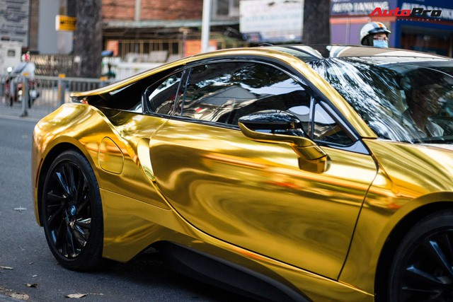 """Khi xuất hiện trên đường, chiếc BMW i8 trở nên nội bật, trông không khác nào một """"cục vàng"""" di động."""
