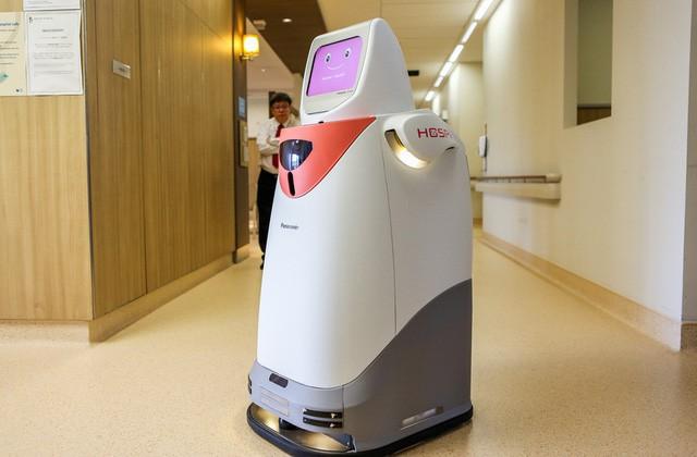 Một robot làm việc tại bệnh viện ở Singapore.
