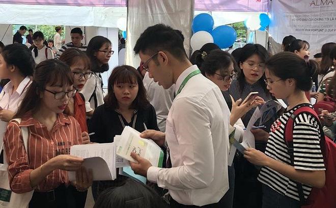 Ứng viên nộp hồ sơ ứng tuyển vào ngành tài chính tại phiên giao dịch việc làm ở TP.HCM. Ảnh: P.ĐIỀN