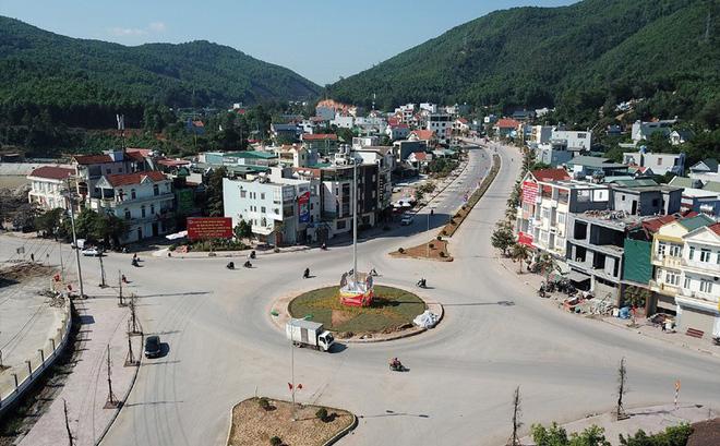 Hạ tầng trung tâm huyện Vân Đồn còn sơ sài và thiếu nhiều điều kiện cần thiết để hướng đến một trung tâm đô thị lớn. Ảnh: Đ.P