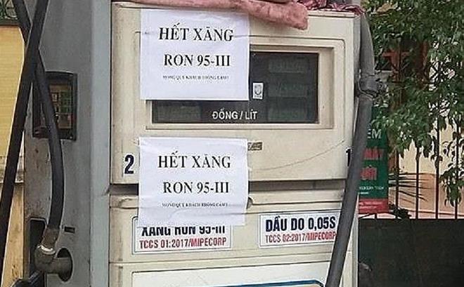 Cửa hàng xăng dầu trên đường Giải Phóng (Hà Nội) thông báo chưa có xăng RON95. Ảnh: TP.