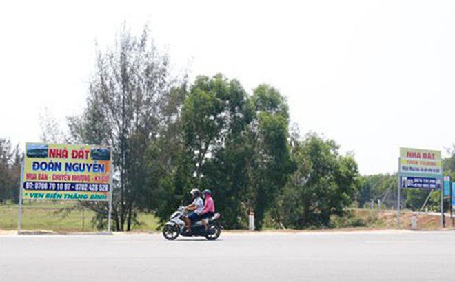 Bảng hiệu dịch vụ môi giới đất mọc như nấm sau mưa tại xã Bình Dương, huyện Thăng Bình, tỉnh Quảng Nam Ảnh: TRẦN THƯỜNG