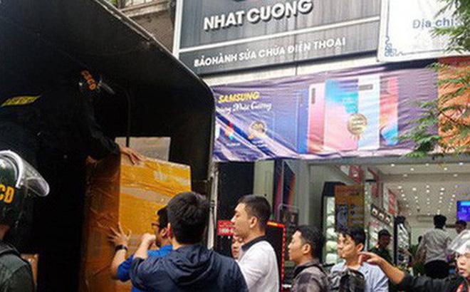 Lực lượng của Bộ Công an tiến hành khám xét cửa hàng điện thoại Nhật Cường tại 33 Lý Quốc Sư - Ảnh: Huy Thanh