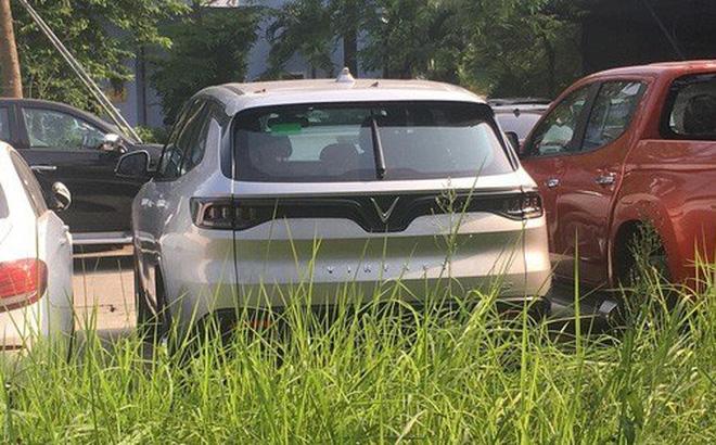 Chiếc VinFast Lux SA2.0 nằm trong sân của Cục Đăng kiểm. Ảnh: Nguyễn Minh Đức.