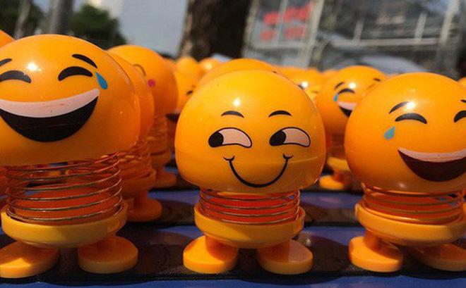 Thú nhún Emoji được bày bán dọc đường. Ảnh: H.V