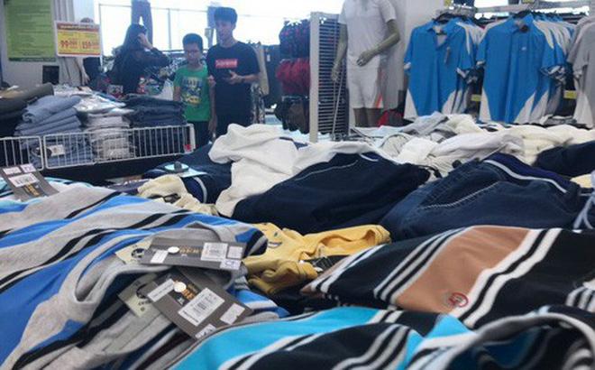Hàng may mặc Việt Nam bán trong Big C Ảnh: QUANG NHẬT