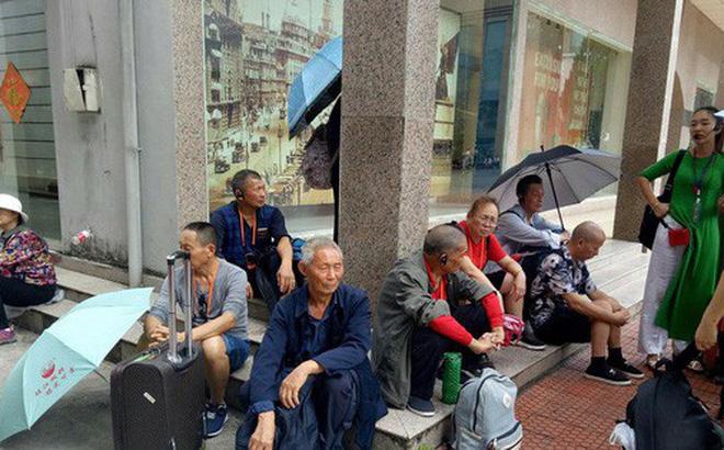 Khách Trung Quốc chờ đợi nhập cảnh tại cửa khẩu quốc tế Móng Cái. Ảnh: N.H