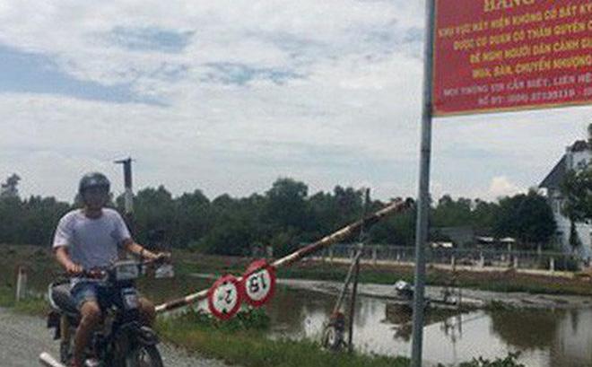 Bảng cảnh báo của UBND xã Xuân Thới Thượng quanh vị trí khu đất công bị rao bán