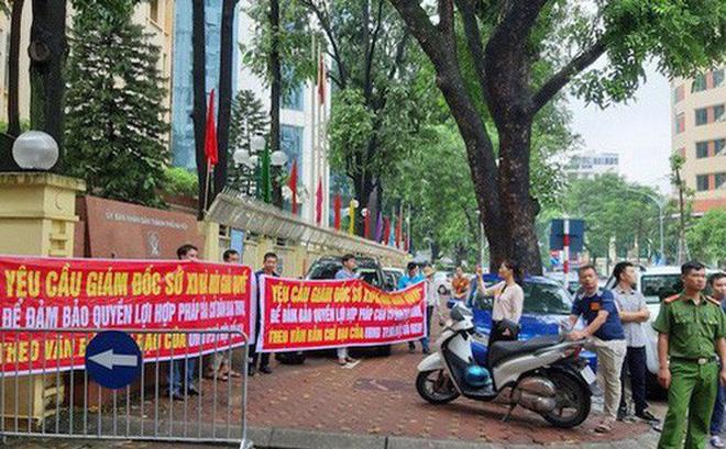 Sau cuộc đối thoại, nhiều cư dân tập trung căng băng rôn ngay trước cổng Sở Xây dựng Hà Nội.