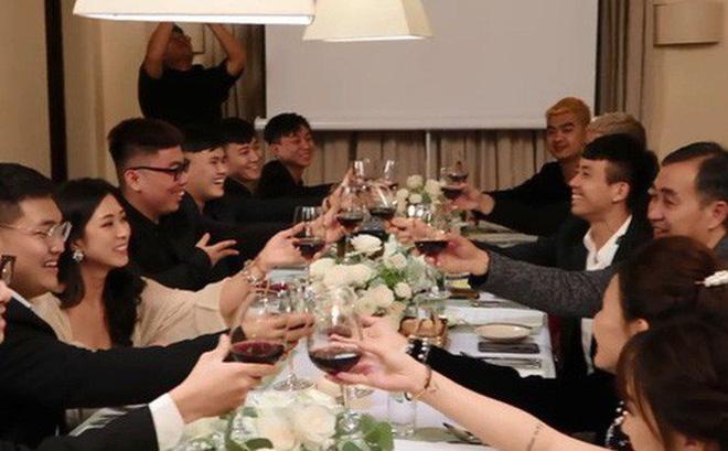 Cả gia đình Minh Nhựa cùng nhau nâng ly chúc mừng.