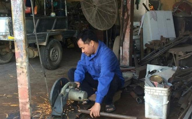Bị chấm dứt hợp đồng sau 18 năm nay đi dạy, thầy Phùng Đức Tăng đi lắp đặt điều hòa thuê cho một cửa hàng kinh doanh.