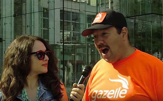 Greg Packer đang trả lời phỏng vấn phóng viên.