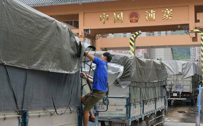 Xe chở nông sản xuất khẩu được làm thủ tục thông quan từ sáng sớm ngày 24/10 tại cửa khẩu Tân Thanh