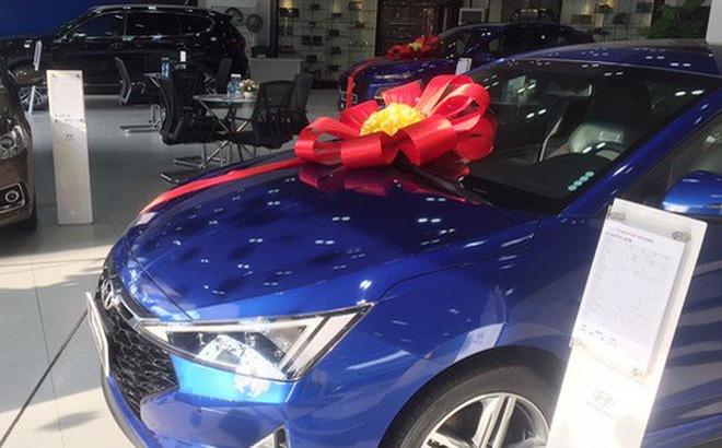 Nhiều mẫu ôtô đang giảm giá gần cả trăm triệu đồng.