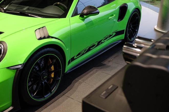 Với cấu hình nhẹ nhất, gói Weissach trang bị các chi tiết bằng carbon cho hệ thống khung gầm, nội thất và ngoại thất, cùng tùy chọn mâm xe bằng ma-giê, giảm trọng lượng của mẫu xe 911 GT3 RS xuống còn 1.430 kg.